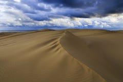 Nubes azules de la duna de arena fijadas Imágenes de archivo libres de regalías