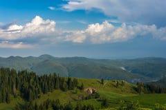 Nubes azules sobre las montañas Imagenes de archivo