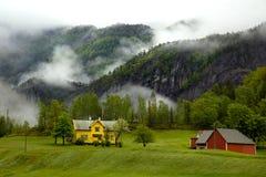 Nubes bajas en el fiordo de Bergen en Noruega Fotografía de archivo libre de regalías