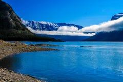 Nubes bajas sobre el lago Minnewnaka Imagen de archivo
