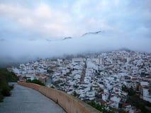Nubes bajas sobre el pueblo blanco Foto de archivo libre de regalías