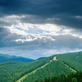 Nubes bajas sobre la montaña verde imagen de archivo