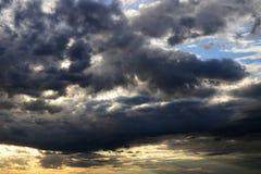 Nubes bajo la forma de pájaro en la puesta del sol foto de archivo libre de regalías