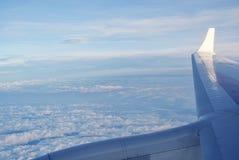 Nubes bajo la protección de un aeroplano fotos de archivo