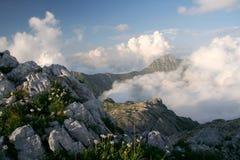 Nubes bajo las montañas Imágenes de archivo libres de regalías