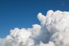Nubes Billowing con el cielo azul fotos de archivo
