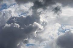 Nubes Billowing del blanco gris con el cielo azul Clima tempestuoso imágenes de archivo libres de regalías