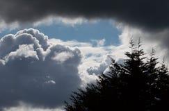 Nubes Billowing del blanco gris con el cielo azul Clima tempestuoso imagenes de archivo