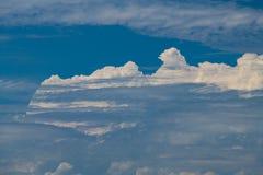Nubes blancas agradables en extracto del fondo del cielo azul Foto de archivo
