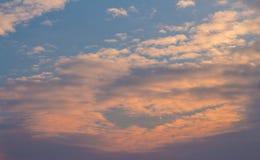 Nubes blancas, anaranjadas, hinchadas Imagen de archivo libre de regalías