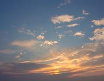 Nubes blancas, anaranjadas, hinchadas Imágenes de archivo libres de regalías