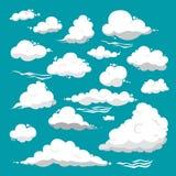 Nubes blancas de diversas formas en un fondo azul Imagen de archivo libre de regalías