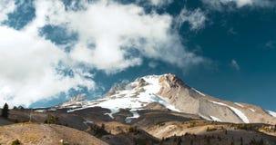 Nubes blancas de Whispy sobre el pico de montaña capsulado nieve de la capilla del soporte, Oregon almacen de metraje de vídeo