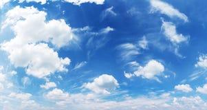 Nubes blancas del montón en el cielo azul Foto de archivo