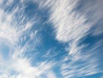 Nubes blancas del rocío del mar en el cielo Foto de archivo