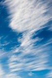 Nubes blancas del rocío del mar en el cielo Foto de archivo libre de regalías