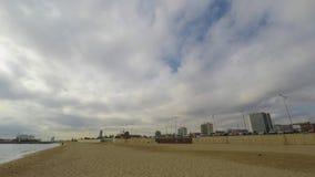 Nubes blancas densas sobre la playa almacen de video