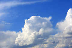 Nubes blancas en cielo Fotos de archivo