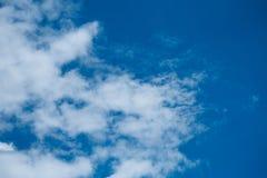 Nubes blancas en cielo azul Foto de archivo