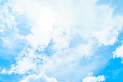 Nubes blancas en cielos de azules Fotos de archivo