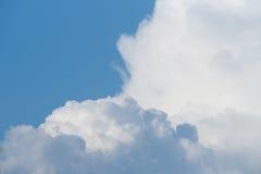 Nubes blancas en el cielo Fotos de archivo