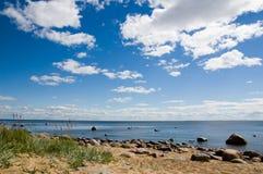 Nubes blancas en el cielo azul. Fotografía de archivo libre de regalías