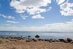 Nubes blancas en el cielo azul. Fotos de archivo libres de regalías