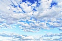 nubes blancas en el cielo azul Fotos de archivo libres de regalías