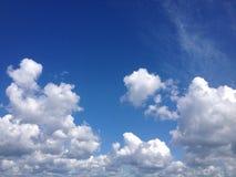 nubes blancas en el cielo azul Fotografía de archivo libre de regalías