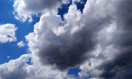 Nubes blancas en el cielo azul brillante Imagen de archivo