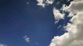 Nubes blancas en el cielo azul que se mueve rápidamente en la opinión del timelapse metrajes