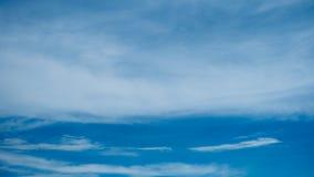 Nubes blancas en fondo del cielo azul Fotografía de archivo