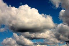 Nubes blancas en fondo del cielo azul marino Foto de archivo