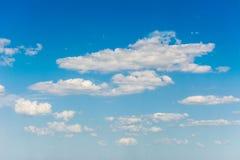 nubes blancas en fondo natural del cielo azul fotografía de archivo