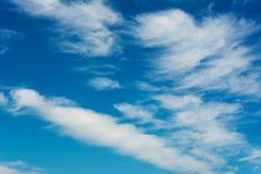 nubes blancas en fondo natural del cielo azul fotos de archivo libres de regalías