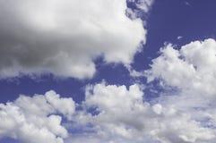 Nubes blancas en un azul por la tarde Imágenes de archivo libres de regalías