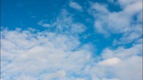 Nubes blancas en un cielo azul almacen de metraje de vídeo