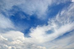 Nubes blancas en un fondo del cielo azul marino Fotografía de archivo