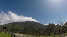 Nubes blancas, gruesas que se mueven rápidamente en pico de montaña en día claro almacen de metraje de vídeo
