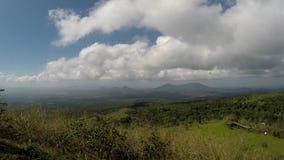 Nubes blancas, gruesas que se mueven rápidamente en pico de montaña en día claro Lapso de tiempo almacen de metraje de vídeo