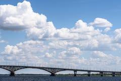 Nubes blancas hermosas sobre el puente a través del río Fotos de archivo libres de regalías