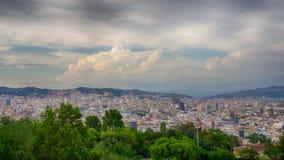 Nubes blancas hermosas sobre la ciudad en verano, España de Barcelona Foto de archivo