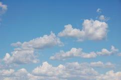 Nubes blancas hinchadas Fotos de archivo