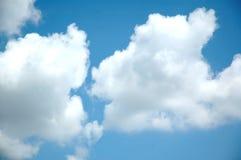 Nubes blancas hinchadas grandes Fotos de archivo