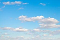 Nubes blancas ligeras en cielo azul Fotografía de archivo libre de regalías