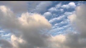 Nubes blancas limpias con el fondo verde del cielo almacen de metraje de vídeo
