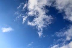 Nubes blancas mullidas en un cielo azul claro foto de archivo libre de regalías