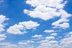 Nubes blancas mullidas y cielo azul brillante Fotos de archivo