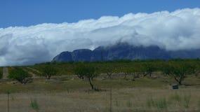 Nubes blancas pesadas sobre las montañas Fotos de archivo libres de regalías