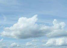 Nubes blancas preciosas en un cielo azul Imagenes de archivo